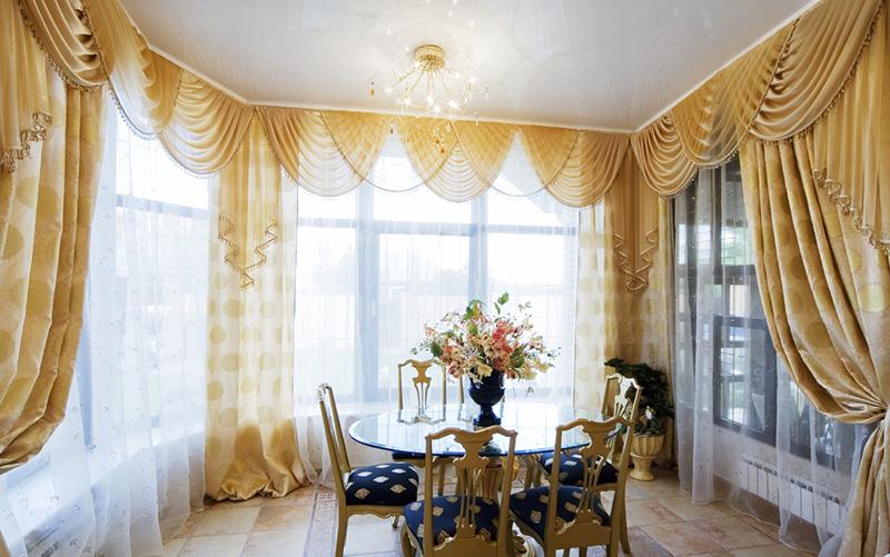Фото интерьера с оформленными окнами и стенами